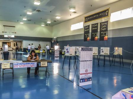 encuestando: Estados Unidos día de las elecciones, el lugar de votación, Westcovina, CA. EE.UU.