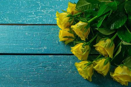 Roses jaunes sur un fond en bois bleu. L'espace vide pour le texte Banque d'images - 46723044