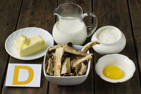 nutrientes: Ingredientes ricos en vitamina D: mantequilla, crema, yema de huevo, crema agria, setas porcini secos Foto de archivo