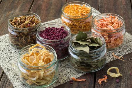 hortalizas secas (cebollas, remolachas, zanahorias, calabaza, hoja de laurel) bancos en la servilleta de paja y de fondo de madera Foto de archivo