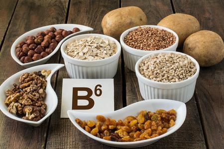 Ingrediënten rijk aan vitamine B6: aardappelen, hazelnoten, walnoten, boekweit, havermout, gerst