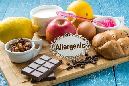 Concept van voedselallergieën. Set van producten die allergieën veroorzaken: citrus, rode vruchten en bessen, eieren, melk, wit brood, noten, chocolade, koffie, honing