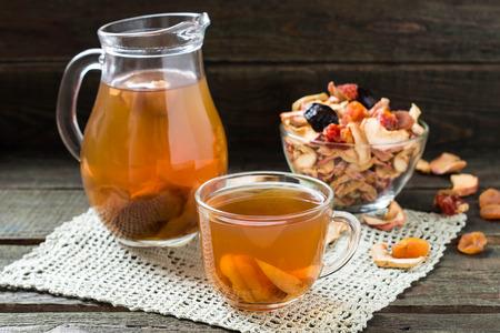 frutos secos: Compota de frutos secos en la jarra y frutas secas taza y una variedad de copa sobre la mesa de madera. enfoque selectivo Foto de archivo