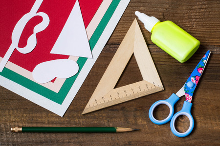 servilleta de papel: Creating a Christmas decoration for table setting. Decor for serviette in form of Santa Claus. Children project, step by step photo instructions. Step 1. Preparation of materials and tools