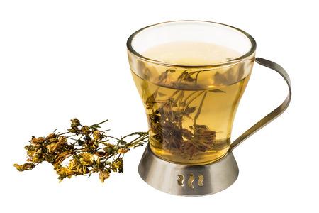 Nuttige thee met gedroogde bloemen Sint-Janskruid (Hypericum) geïsoleerd op een witte achtergrond. Gebruikt in gezonde voeding en kruidengeneeskunde
