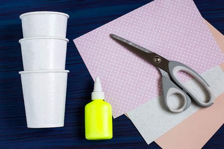 Zelfgemaakt maken van dozen uit papieren bekers voor snoep en snoep in de vorm van Pasen-haas. Aanwezige kinderen. DIY-concept. Stap voor stap foto-instructies. Stap 1. Voorbereiding van materialen en gereedschappen