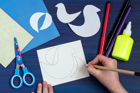 dint: Making a greeting card for Mothers Day. Childrens art project. DIY concept. Step-by-step photo instruction. Step 2. Drawing the details by dint of templates