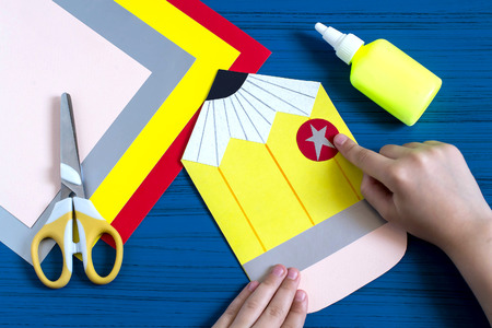escuela infantil: Making greeting card in form of pencil for new school year. Welcome back to school. Childrens art project. DIY concept. Step-by-step photo instruction. Step 8. Child completes details of design