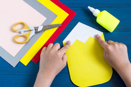 escuela infantil: Making greeting card in form of pencil for new school year. Welcome back to school. Childrens art project. DIY concept. Step-by-step photo instruction. Step 5. Child glues details of design