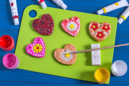 Making souvenirs from salty dough for Valentine's Day with your own hands. Art project, handmade. DIY. Step-by-step photo instructions. Step 5. Decoration hearts with prints from culinary plungers Фото со стока