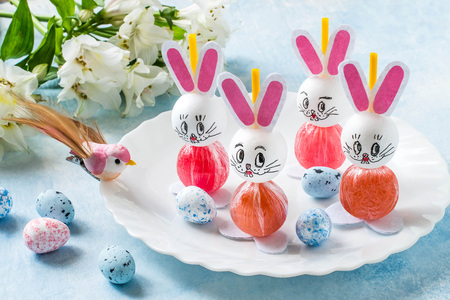 Homemade Easter bunnies made from lollipop. Sweet gift to children. Creative idea for children's party. DIY concept Imagens
