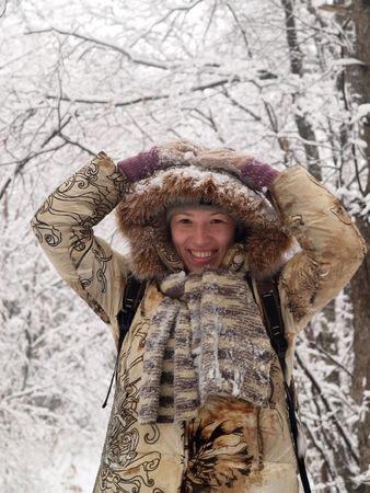 happy girl in snowy forest    Banque d'images