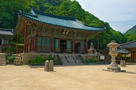 buddhist temple roof: The building of Buddhist Sinheungsa Temple in Seoraksan National Park, South korea
