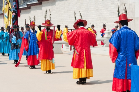 SEOUL - MARCH 30: Royal guards during the changing of the guard ceremony at Gyeongbokgung Palace, March 30, 2011, Seoul, South Korea Éditoriale
