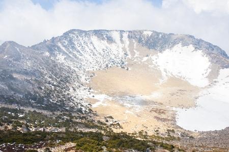 crater highlands: Famoso hito - monta�a Hallasan cr�ter de un volc�n en la isla de Jeju de Corea