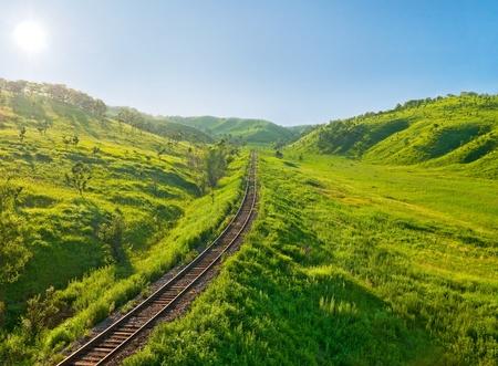 locomotora: antiguo tramo de ferrocarril en el paisaje por la mañana las colinas