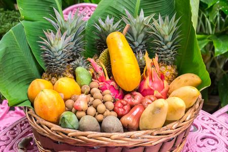 frutas tropicales: plato lleno de frutas exóticas de Tailandia Foto de archivo