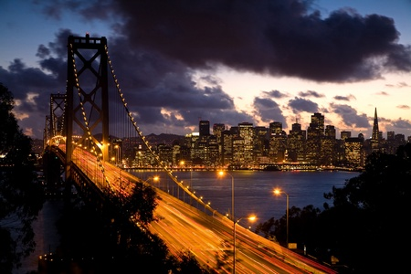 schateiland: Bay Bridge bij zonsondergang van Treasure Island met San Francisco op de achtergrond. Stockfoto