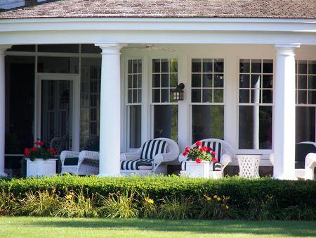 invitando: Cahrming porche delantero en una casa de verano.