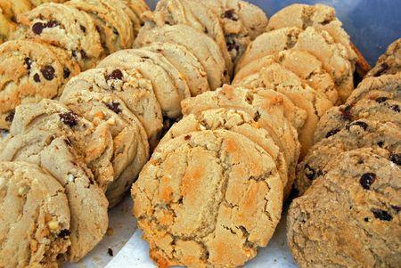 Fresh cookies on display in a bakery. Фото со стока