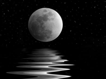 Full moon over dark waters. Banque d'images