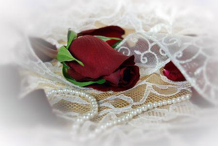 rose bud: Rosa rossa gemma a pizzo con perle.