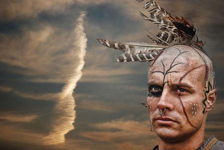 indio americano: Orgulloso joven guerrero a la puesta del sol.