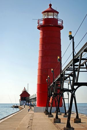 lake michigan lighthouse: Red faro con pasarela en el muelle.