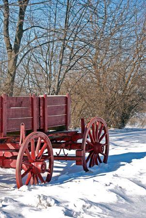 carreta madera: Vintage vag�n de madera roja en la nieve.  Foto de archivo