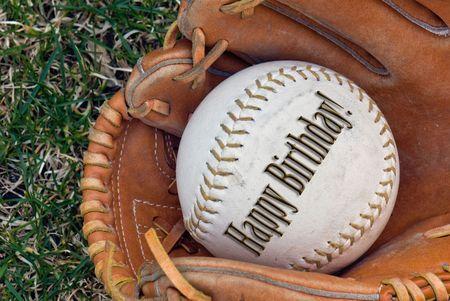 guante de beisbol: Feliz cumplea�os escrito en una de softbol en un guante. Foto de archivo