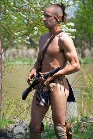 nackte brust: Indian Warrior auf Patrouille in den Fluss. Lizenzfreie Bilder