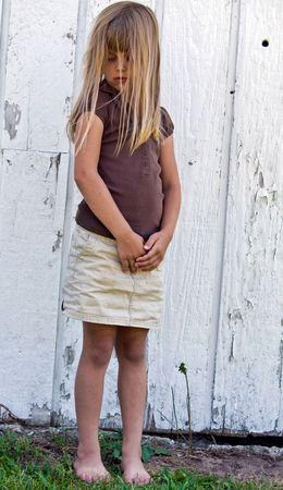 Lonely Kind stehen von alten Scheune. Standard-Bild - 5287881