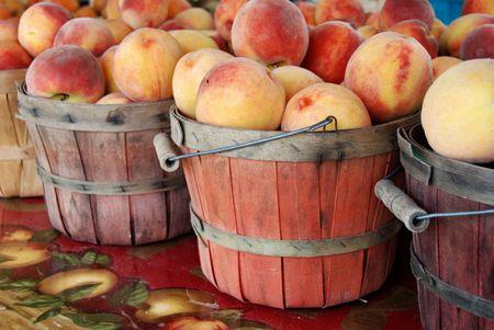 bushel: Fresh peaches in used bushel baskets. Stock Photo