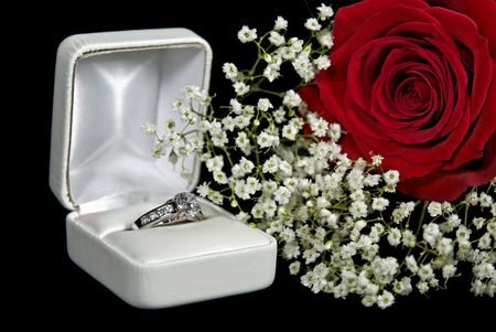 Diamond engagement ring with red rose. Imagens