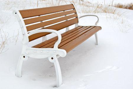 vago: Vacant bench on a winter beach.