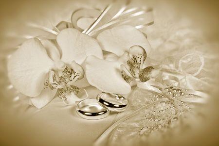 bruidsboeket: Orchid Bruids boeket met ringen in sepia tinten.