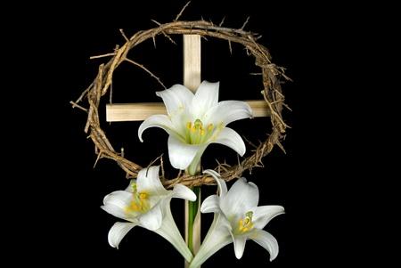 Kroon van doornen met Pasen liles op cross.