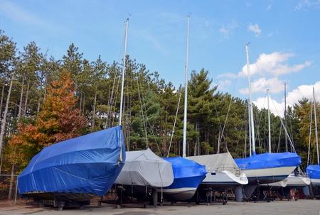 Winterklaar boten met beschermkappen. Stockfoto