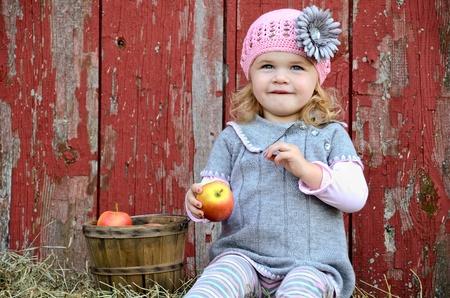 Kleines Mädchen mit Apfel von alten Scheune Standard-Bild - 11326872
