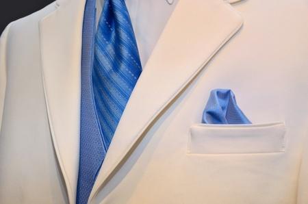 흰색 턱시도 악센트 파란색 넥타이와 조끼.