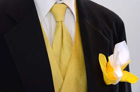 노란색 넥타이와 조끼와 검은 웨딩 턱시도.