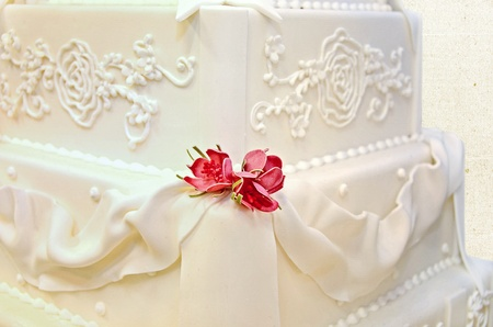 dainty roses on fancy wedding cake Stock Photo - 11789222