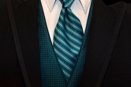 groenblauw das accentueren een zwarte smoking Stockfoto
