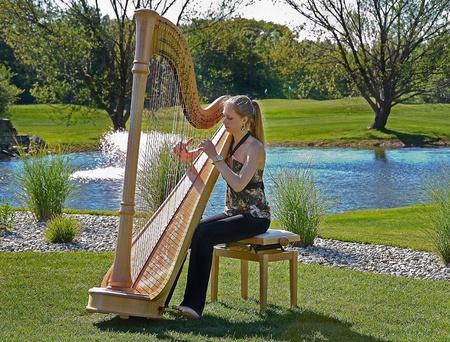 jonge vrouw spelen van een harp op een golfbaan