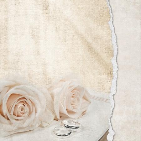rosas y anillos de boda con la frontera del borde del colgajo Foto de archivo