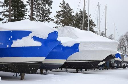 deep freeze: reducir barcos envueltos en la nieve Foto de archivo