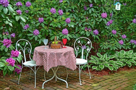 on the tablecloth: old-fashioned table and chairs on garden Stock Photo