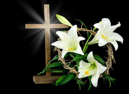 Lelies van Pasen met kruis en kroon van doornen Stockfoto