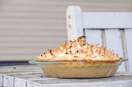 coconut cream pie on outdoor patio table Standard-Bild