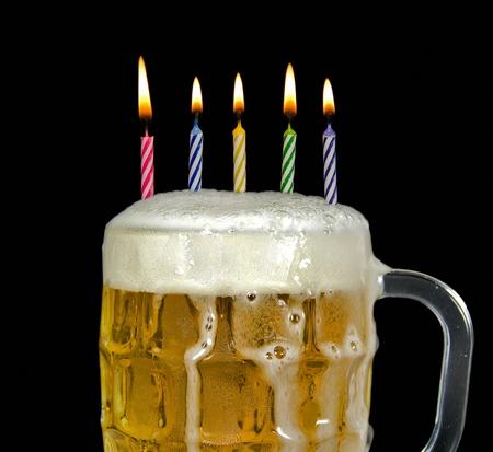 맥주에 생일 촛불 스톡 콘텐츠